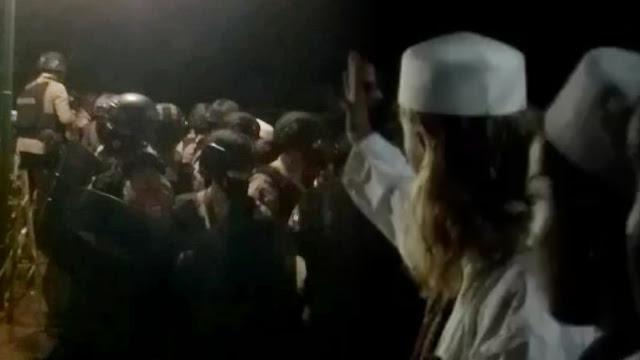 Polisi Bersenjata Laras Panjang Kawal Penjemputan Habib Bahar