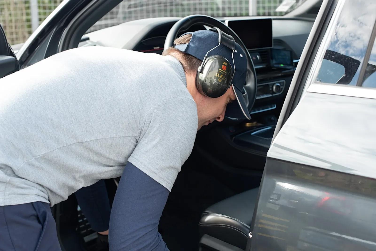 François porte un casque anti-bruit pour passer l'aspirateur.