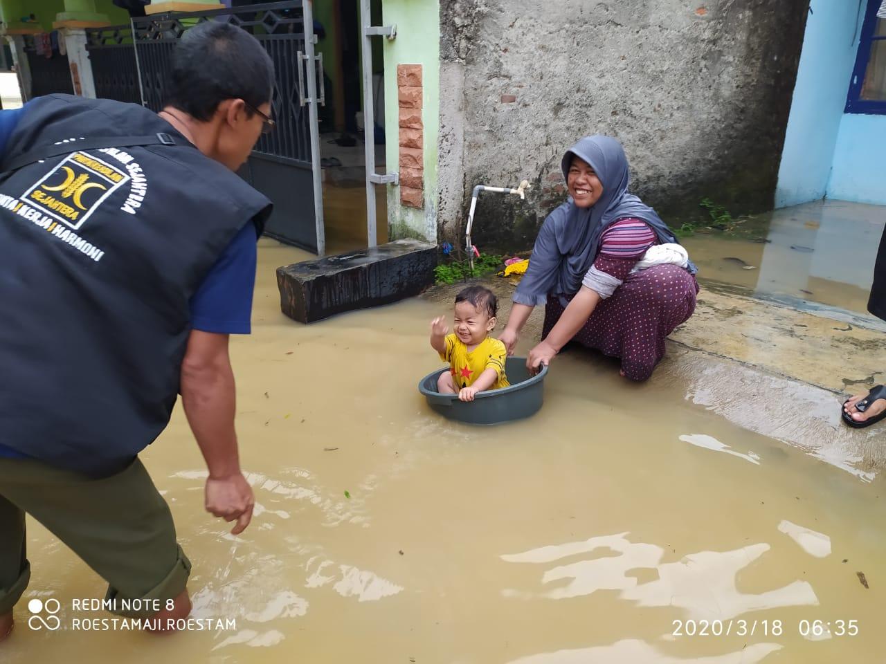 Maut Corona Mengintai, PKS Tetap Bantu Korban Banjir di Tigaraksa