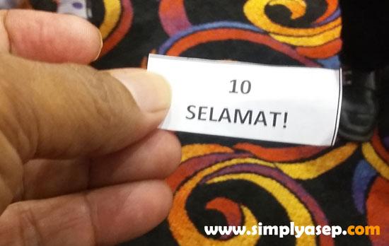 LUCKY NUMBER : Begitu kertas kecil yang saya punya dibuka maka munculah tulisan : 10. SELAMAT.  Ternyata ini nomor Lucky Draw saya yang beruntung mendapatkan Hadiah Door Prize menginap gratis di IBIS Pontianak. Alhamdulillah. Foto Asep Haryiono