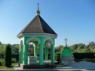 Браїлів. Свято-Троїцький монастир. Колодязь і бювет
