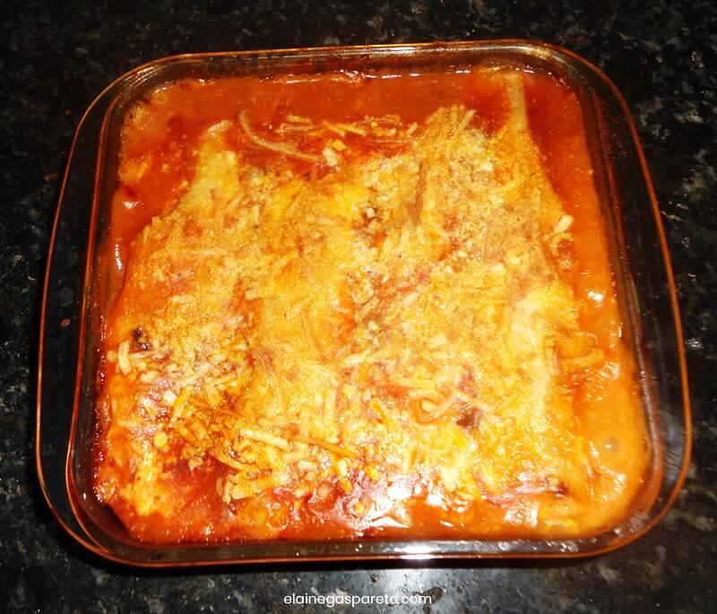 Canelone (ou caneloni, cannelloni) fácil de presunto, muçarela e requeijão ao sugo
