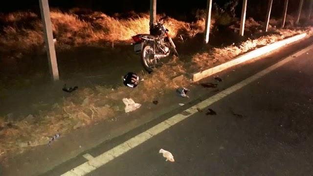 Jovem fica gravemente ferido após colisão entre moto e caminhão na BR-122, em Guanambi
