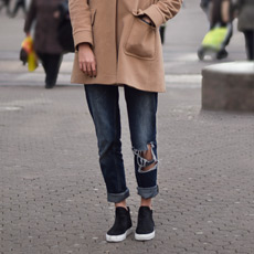 Ana Marija Jelavić, how to wear distressed boyfriend jeans in winter - a line coat and slip on sneakers,, kako nositi podrapane trpaperice zimi, winter street fashion outfit Zagreb, ulična moda Zagreb, peopleandstyles.com