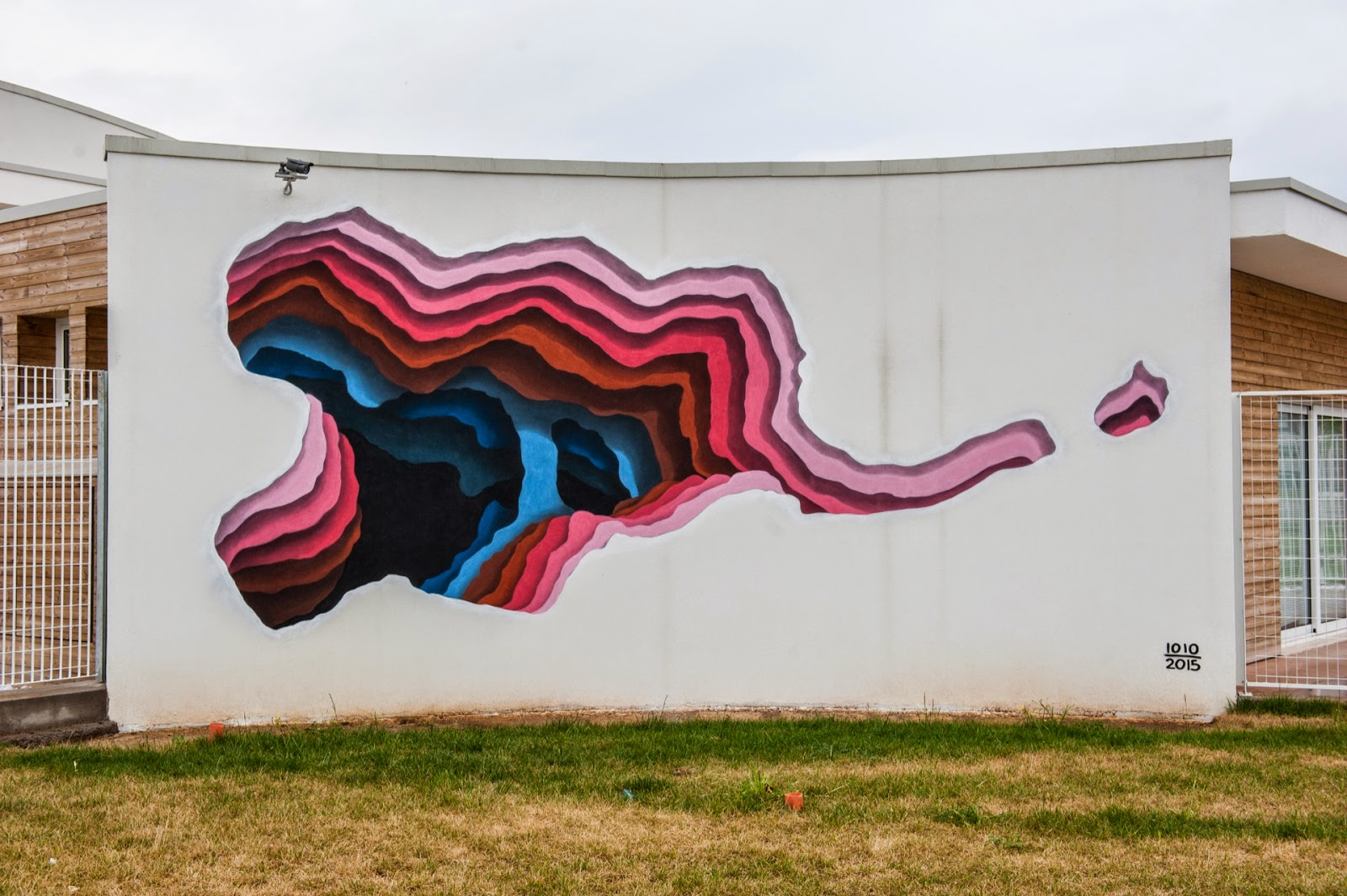 While we last heard from him a few days ago in Marseille, France, 1010 is now in Italy where he was invited to paint for the Memorie Urbane Street Art Festival.