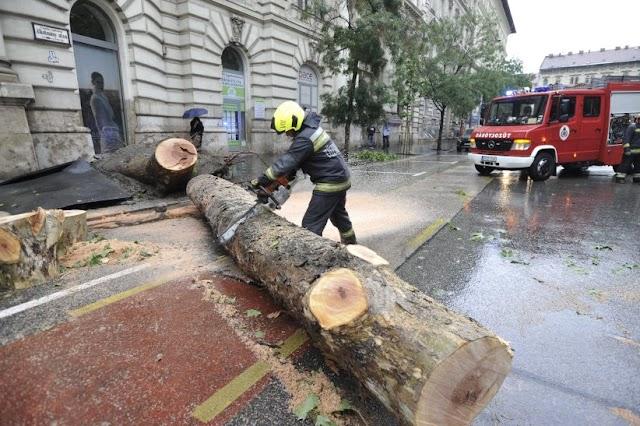 Leszakadt az ég Budapesten, sok helyre riasztották a katasztrófavédelmet