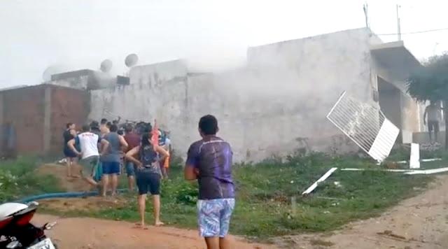 Raio cai, e causa incêndio em residências na cidade de Coremas na tarde desta quarta-feira (04)