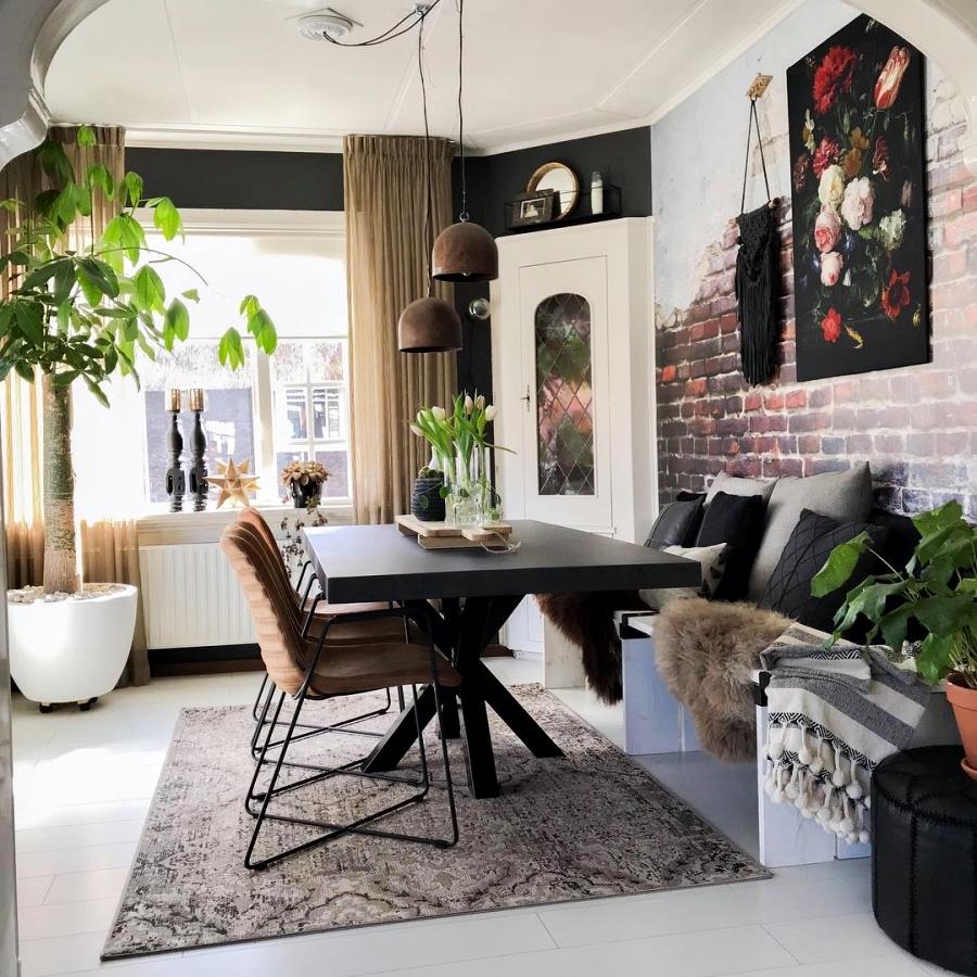 Klimatyczne mieszkanie z industrialnymi elementami, wystrój wnętrz, wnętrza, urządzanie domu, dekoracje wnętrz, aranżacja wnętrz, inspiracje wnętrz,interior design , dom i wnętrze, aranżacja mieszkania, modne wnętrza, styl skandynawski, scandinavian style, boho, styl industrialny, industrial style, styl rustykalny, retro, urban jungle, jadalnia, stół, krzesło, czerwona cegła
