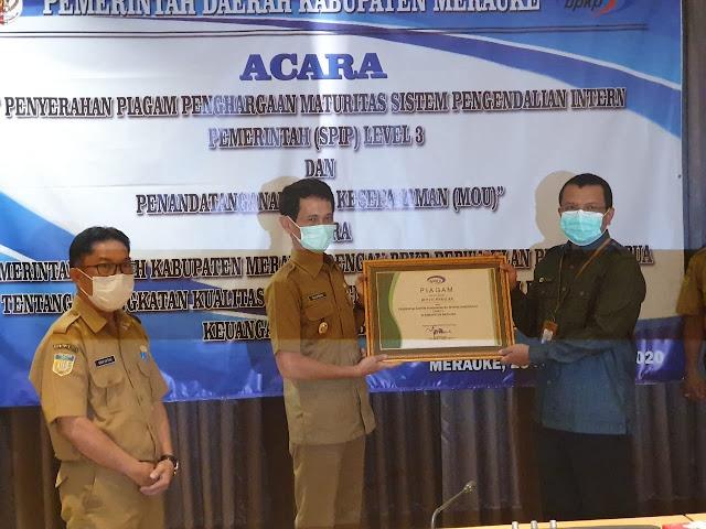 Sularso Terima Piagam BPKP atas Pencapaian Maturitas SPIP Level 3 di Kabupaten Merauke.