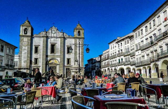 restaurantes na Praça do Giraldo, em Évora, Portugal