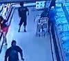 Valparaíso: Câmera mostra morador de rua matando mulher a facada dentro de atacadão