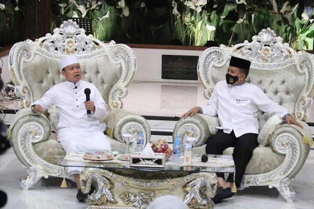 Palembang - majalahglobal.com: Pelaksanaan tausyiah Ustad Das'ad Latief yang dilaksanakan secara virtual bersama Kapolda Sumsel Irjen Pol. Prof. Dr. Eko Indra Heri S., M.M. bertempat di Rumah Dinas Kapolda Sumatera Selatan, Ahad (27/9)  Kegiatan yang berlangsung ba'da isya tersebut dihadiri oleh Wakapolda Sumsel Brigjen Pol. Rudi Setiawan, S.I.K., S.H., M.H., Irwasda Polda Sumsel Kombes Pol.  Drs. M. Indra Gautama, M.Si., Ketua PD Bhayangkari Sumsel Ny. Nera Eko Indra Heri, Wakil Ketua PD Bhayangkari Sumsel Ny. Diana Rudi Setiawan, Pejabat Utama Polda Sumsel, Kasatwil jajaran Polda Sumsel dan diikuti secara virtual oleh personel jajaran Polda Sumsel.   Dalam sambutan singkatnya   Kapolda sumsel  Irjen Pol Prof Dr Eko  indra Heri S MM,mengucapkan Selamat Datang diPalembang Semoga kegiatan Pembinaan Rohani /ceramah Agama ini dapat membangkitkan semangat Anggota dalam melaksanakan tugas terutama saat ini sebentar lagi Pengamanan Pilkada serentak di tujuh kabupaten wilayah sumsel serta Penanganan Pandemi Covid 19 muda mudahan dengan kegiatan Tausiyah inu menjadi motivasi Anggota dan Meningkatkan Iman dan  Imun anggota,ucap Kapolda,   Sementara itu Ustad Das'ad Latief dalam tausyiah mengingatkan kepada Kita hendaklah selalu syukur kepada Allah atas Peranan dukungan  seorang Ibu /isteri kepada sang Suami selaku Pimpinan dalam keluarga tapi pemimpin tidak akan.sukses tanpa dukungan dari isteri ,dalam ceramah nya ia menggambarkan kholifah umar bin khottob yang tidak pernah memarahi isterinya karena pengorbanan seorang isteri/ibu tidak dapat dibandingkan dengan pengorbanan seorang suami, seorang isteri ia mengalami kehamilan melahirkan,menyusui,dan merawat.dan membesarkan anak2nya,ucapnya ..  Oleh karena nya Peranan kita selaku seorang suami pemimpin dalam keluarga hendaknya  mampu  menahan Diri, dalam mengayomi isterinya ,kemudian selalu mengingat kebaikannya , bukan mencari kesalahan masing masing,serta selalu sabar dalam menghadapi tantangan kehidupan dan berdoa yang tulu