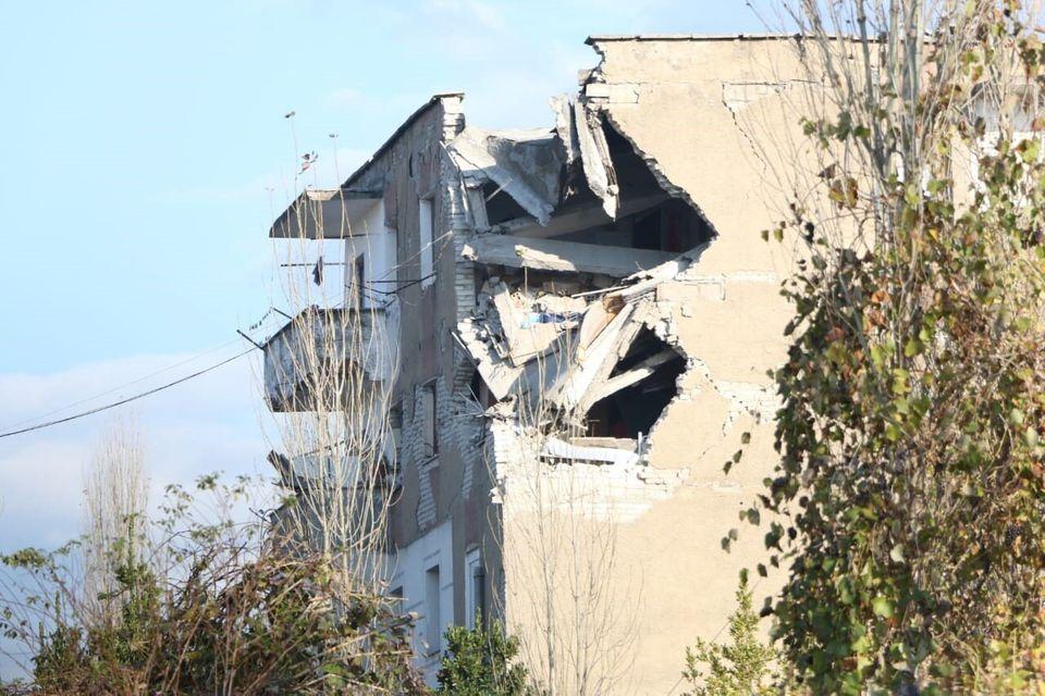 Σεισμός στην Αλβανία: Εικόνες καταστροφής - Πολυκατοικίες καταρρέουν σαν πύργοι από τραπουλόχαρτα