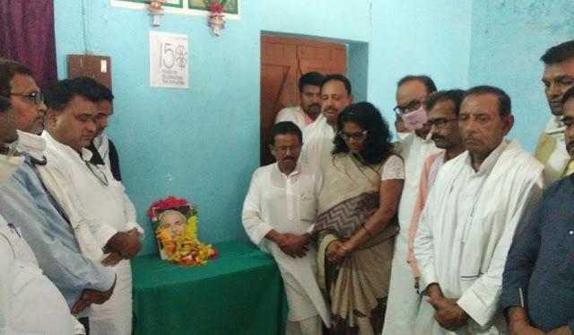 मनरेगा मैन पूर्व सांसद रघुवंश प्रसाद सिंह के निधन पर कर्मवीर गांधी पुस्तकालय में  महात्मा बुद्ध सेवा संस्थान के बैनर तले एक शोक सभा का आयोजन किया गया