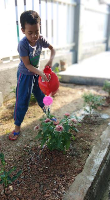 Hobi Baru Izzat | Menyiram Pokok Di Laman