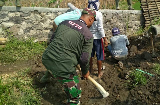 Babinsa Gotong Royong Membuat Talud Dan Gorong-Gorong Bersama Warga Masyarakat
