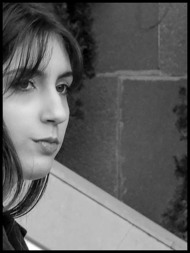 Retrato en Blanco y Negro de mujer tres cuartos de perfil.
