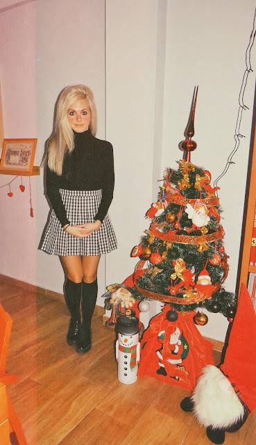 Alejandra Colomera con jersey negro, falda de cuadros vichy negros y calcetas negras