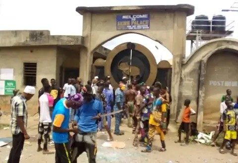 Hoodlums attack Akire's palace In Osun state, held monarch hostage