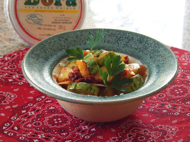 Receita de abobrinha com coalhada seca em prato de cerâmica