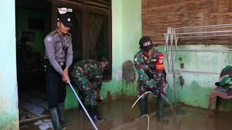 Aparat Gabungan Bantu Warga Bersih-Bersih Paska Banjir