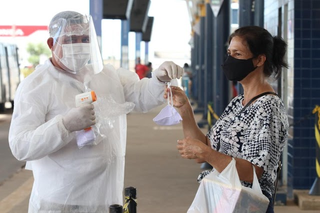 O Município de Senador Canedo, em Goiás, distribui máscaras e álcool gel 70% para passageiros, no terminal de ônibus
