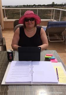 Gro Jeanette Nilsen redigerer manus i  Spania, september 2019.