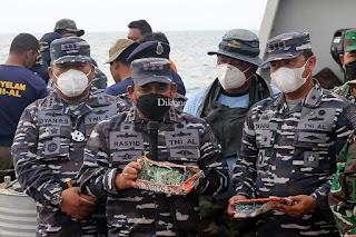 Hari Kesembilan Pencarian SJ 182, Tim SAR Gabungan TNI AL Serahakan Temuan