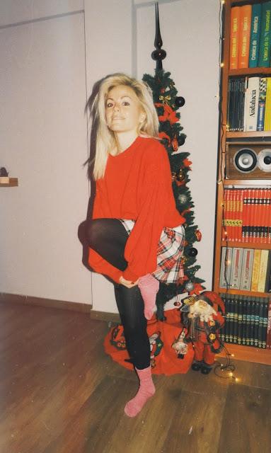 Alejandra Colomera con jersey rojo de manga abullonada, falda tartán blanco y medias negras