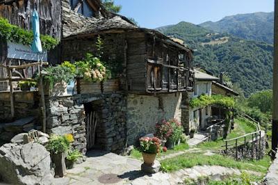 Vilarejo suíço pede um franco por casinha com vista para o lago