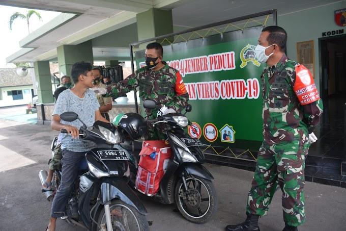 Kodim 0824 Bagikan Masker Pengedara Roda Dua ,Menekan Penyebaran Covid -19 di Kabupaten Jember.