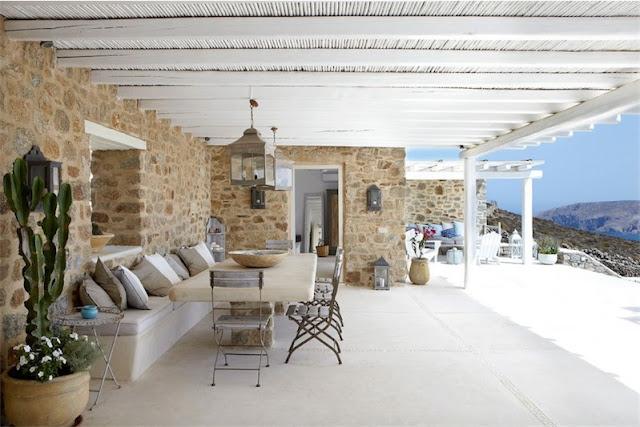 terraza con cojines de lino y algodon casa en mykonos chicanddeco