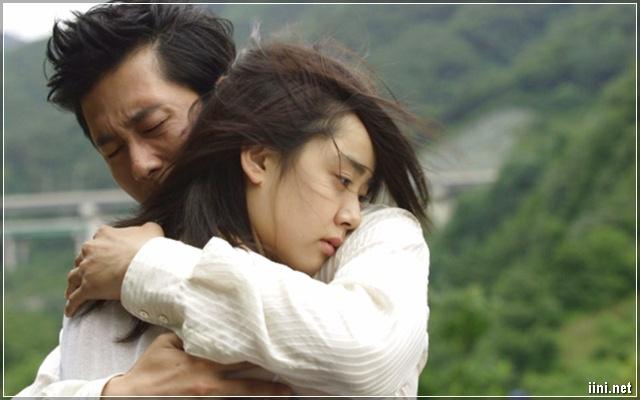 ảnh 2 vợ chồng ôm nhau khóc