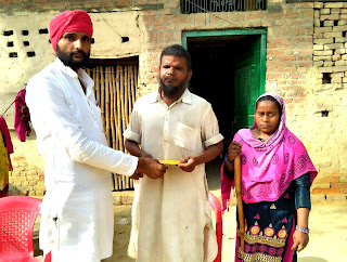 समाजवादी कुटिया के संचालक ने किया दिव्यांग परिवार की आर्थिक सहायता  | #NayaSaberaNetwork