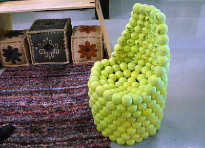 Sillón hecho con pelotas de tenis