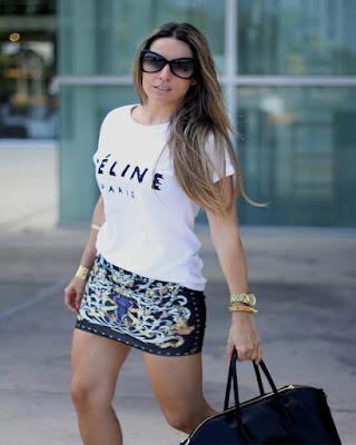 outfit de primavera con minifalda y playera blanca estampada