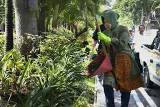 Tak Segan, Ibu Risma Walikota Surabaya Ikut Turun Langsung Tata Tanaman