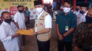 Walikota Jambi Bagikan  Kartu Pelanggan Gas 3 Kg Untuk Warga Kecamatan Jambi Timur