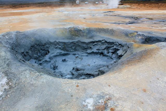 Pozo de lodo hirviendo en Hverir
