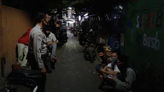 Piket Malam, Bhabinkamtibmas Totaka Patroli dan Edukasi Protokol Kesehatan