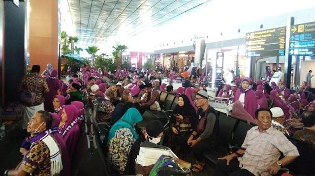 Jemaah Umrah Terlanjur Tiba Di Bandara Soetta, Kembali  Pulang
