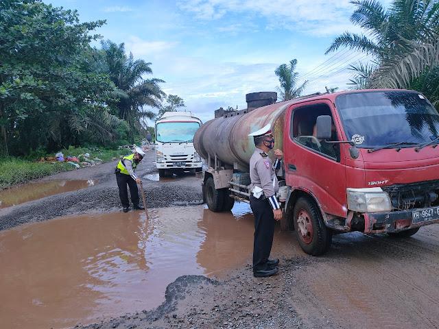Satlantas Polres Kotim melaksanakan survei dan Pengecekan kondisi Ruas Jalan di jalur lingkar selatan kota