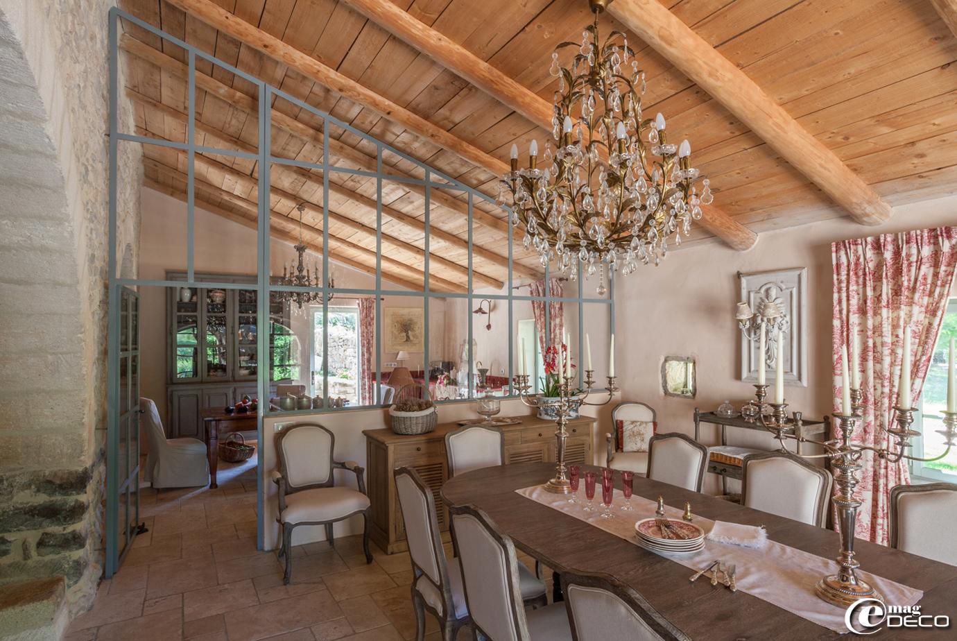 Verrière installée entre une cuisine et la salle à manger, scindant la grande pièce en deux sans la rétrécir visuellement