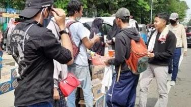 Dukung Mahasiswa, Warga Bagikan Makanan di Kawasan Patung Kuda