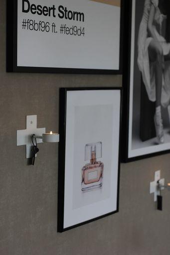 annelies design, webbutik, webbutiker, webshop, nätbutik, inredning, dekoration, nätbutiker, inredningsdetaljer, väggljusstake, ljusstake, ljusstakar, siluett, väggljusstakar, kors, vitt, vit, vita, grått, grå, gråa, tändstickor, tavlor, tavla, tavelvägg, tavelväggar, sovrum, sovrummet,