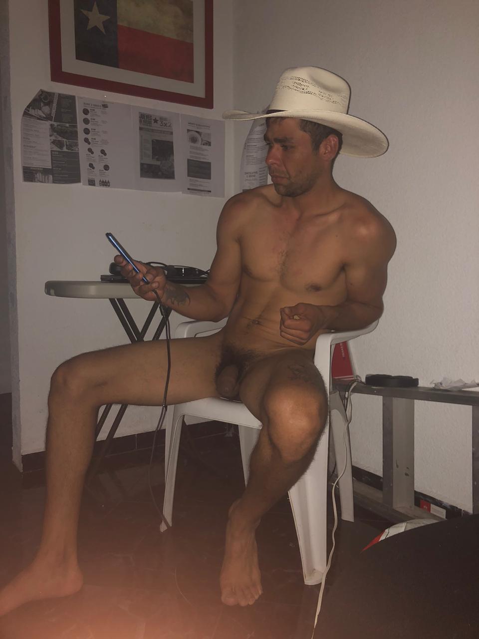hombre del campo desnudo