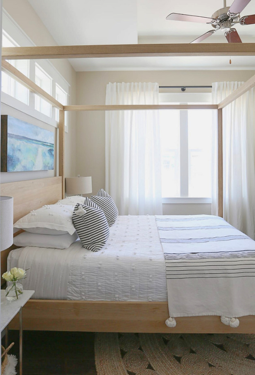 Small Bedroom Design Idea with Poster Bed
