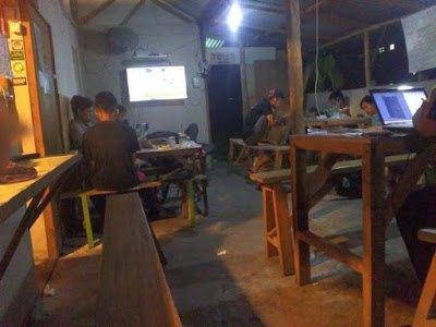 Suasana Ngopi di Warkop Alya