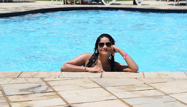 jovem sorrindo na piscina