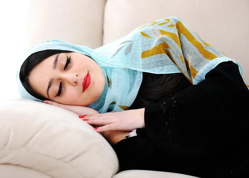 هذا ما يحدث لوجهك عند النوم دون إزالة المكياج